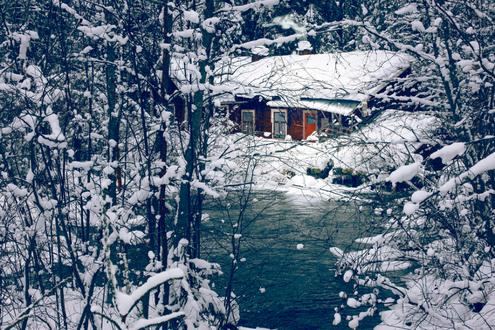 Фото Домик в зимнем лесу