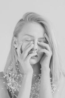 Фото Девушка Александра прикрыла лицо руками, by parkometr