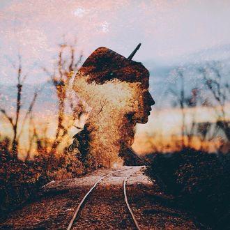 Фото Силуэт девушки в шляпе на фоне рельсов и осенней природы