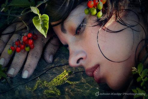 Фото Девушка лежит перед лягушкой, фотограф Istvan Kadar