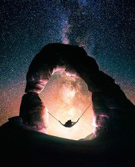 Фото Влюбленные на гамаке на фоне ночного звездного неба, фотограф Ronald Ong