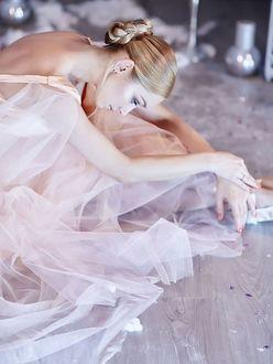 Фото Девушка сидит на полу