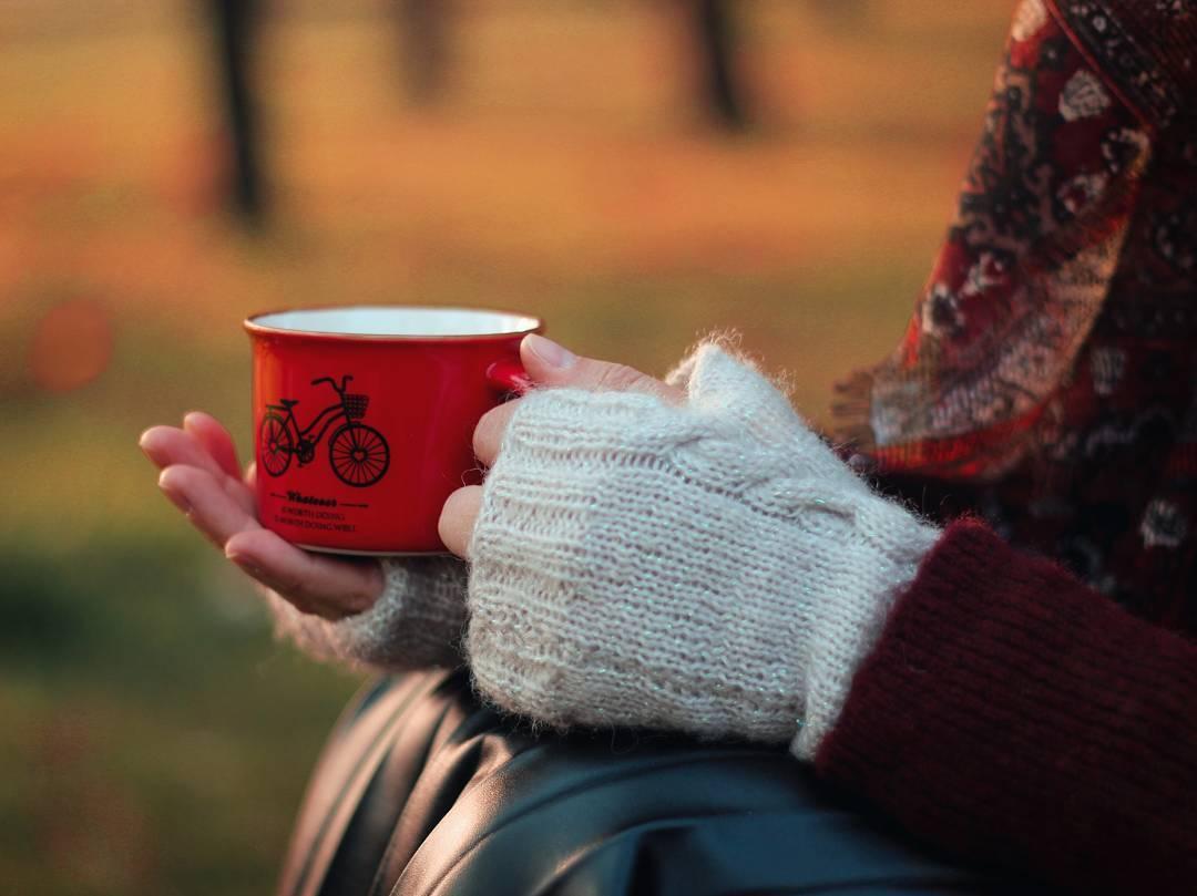 фото с чашкой чая в руках мягкий свет создают