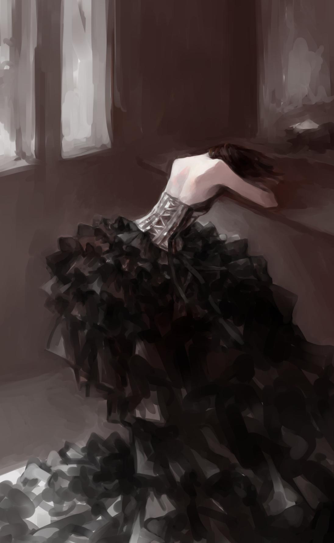 Фото Девушка в черном платье легла на стол