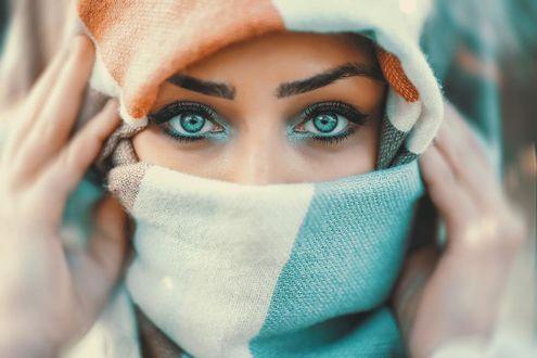 Фото Портрет голубоглазой девушки, которая держит руки у лица, by Zaman Doktoru