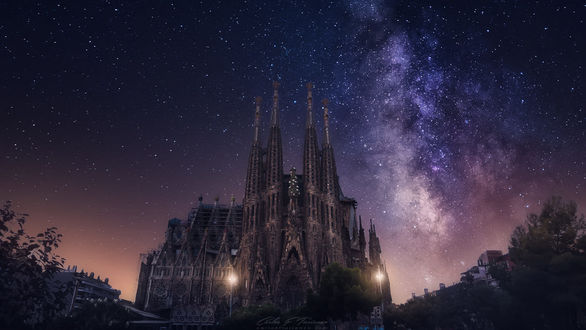 Фото Старинное здание-Sagrada Familia / храм Святого Семейства на фоне млечного пути, фотограф Carlos F Turienzo