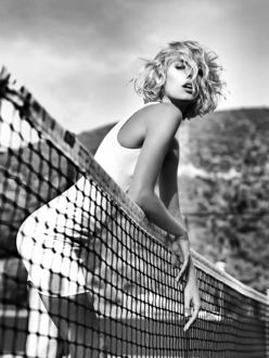 Фото Модель Дженни Север в белом стоит у сетки на корте. Фотограф Дмитрий Бочаров