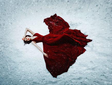 Фото Девушка в красном платье лежит на снегу, фотограф Светлана Беляева