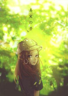 Фото Девушка на фоне зеленый листвы