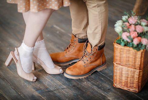 Фото Ноги парня и ножки девушки, стоящих рядом с корзиной цветов, фотограф Irina Nedyalkova
