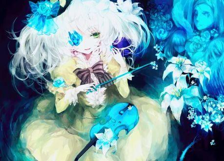 Фото Беловолосая девочка с цветком в глазу держит смычок и скрипку