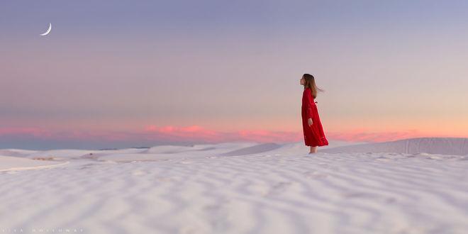 Фото Девочка в красном платье стоит на белом песке и смотрит на небо, фотограф Lisa Holloway