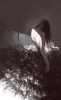 Фото Девушка в черном платье стоит, прислонившись к стене