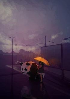 Фото Девушка с пандой стоят под желтым зонтом и смотрят на свое отражение в луже на дороге