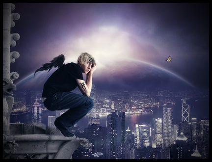 Фото Светловолосый парень ангел сидит на выступе крыши высотного здания и смотрит вдаль на фоне ночного неба со свечением
