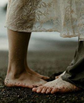Фото Ноги влюбленных, стоящих на земле