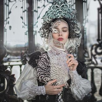 Фото Девушка с кружевной птицей в руке. Фотограф Margarita Kareva