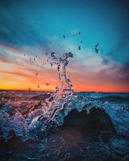 Фото Всплеск морской волны на фоне неба