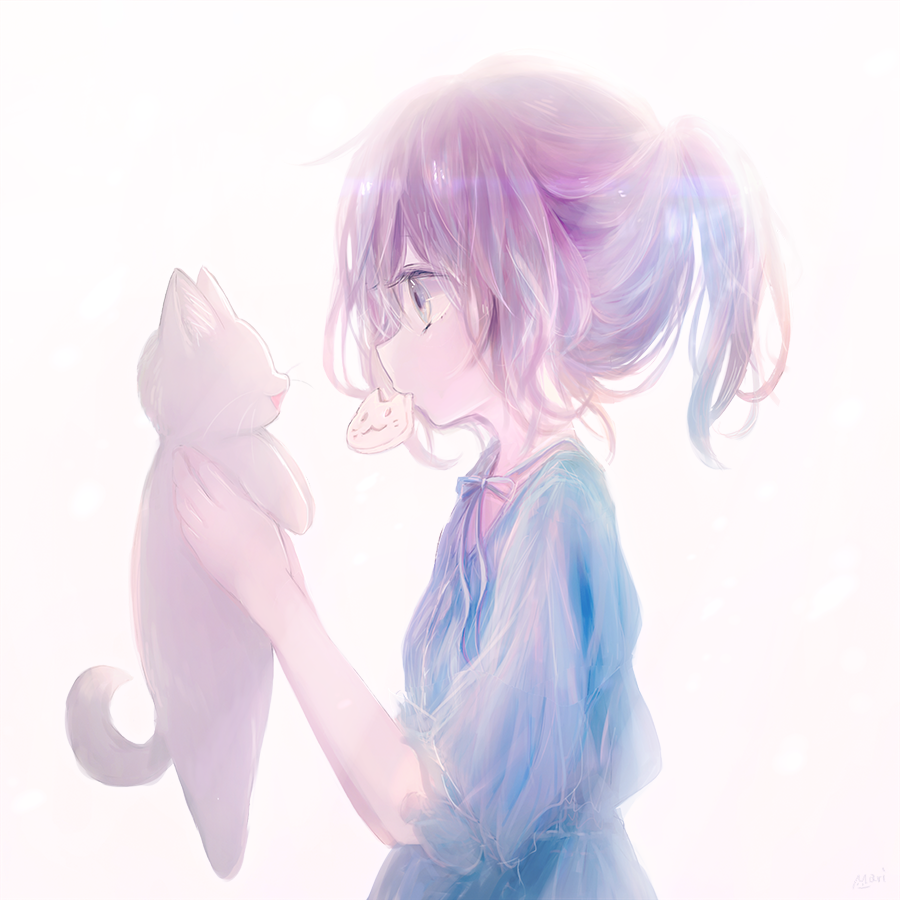 Фото Девочка с печенькой во рту держит в руках котенка