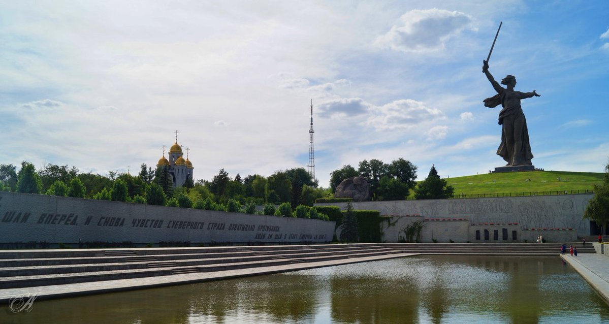 Фото Волгоград, скульптура Родина мать зовет, невдалеке церковь, под голубым небом с облаками