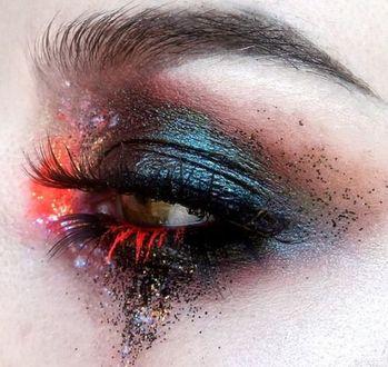 Фото Необычный макияж. Глаз с красноватыми ресницами и темно-лиловыми тенями