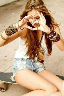 Фото Девушка показывает руками сердечко