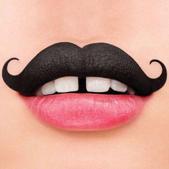 Фото Необычные губы с нижней красной губой и верхней по типу усиков