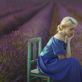 Фото Девушка сидит на стуле на лавандовом поле, by Mara Saiz Photo