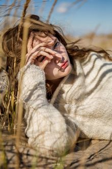 Фото Девушка лежит в траве