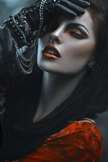 Фото Модель Hayley держит руку в перчатке у лба, фотограф Amanda Diaz