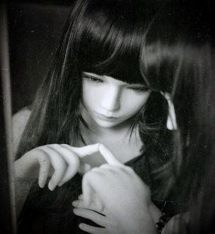 Фото Девушка - кукла стоит перед зеркалом, by Miah Naka