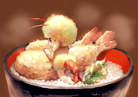 Фото Ребенок в костюме креветки в чашке риса с креветками