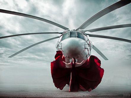 Фото Девушка в красном платье стоит перед вертолетом, фотограф Светлана Беляева