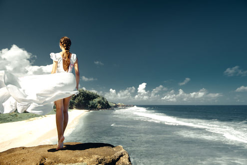 Фото Девушка стоит на камне на фоне моря, фотограф Julia Wimmerlin