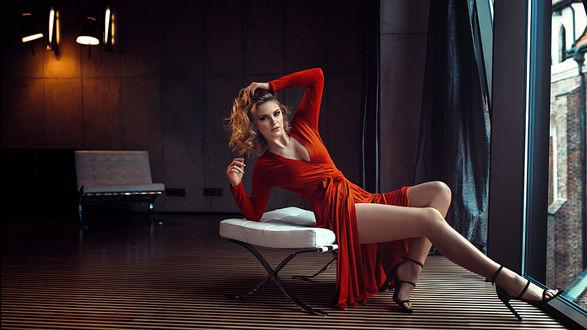 Фото Девушка в красном платье сидит у окна, фотограф Damian Piоrko