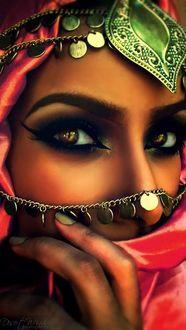 Фото Восточная девушка с ярким макияжем и украшением на голове