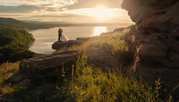Фото Молодожены стоят в поцелуе на краю обрыва, фотограф Роман Филиппов