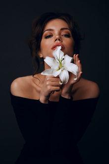 Фото Гламурная девушка с белой лилией, фотограф Lelya Martian