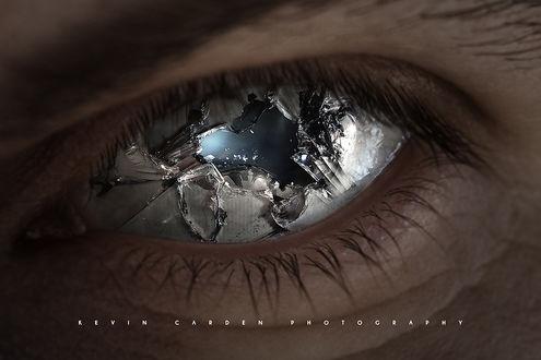 Фото Разбитый стеклянный глаз человека, by by kevron2001