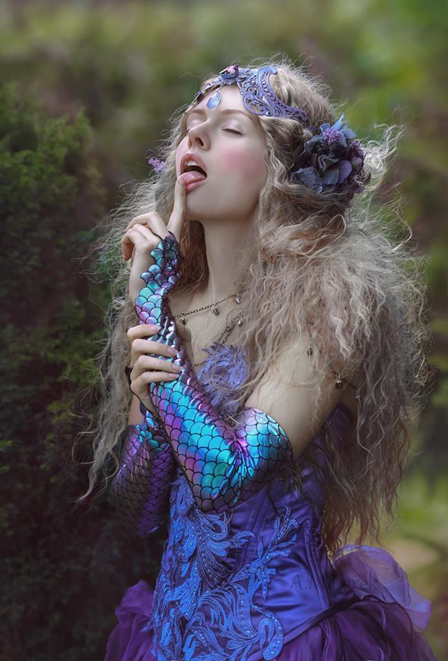 Фото Модель Kate Ri держит палец у рта, by Agnieszka Lorek
