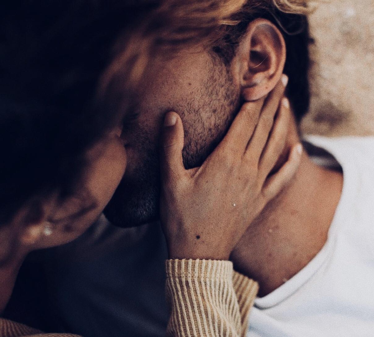обычные картинки где мужчина целует руку система нескольку