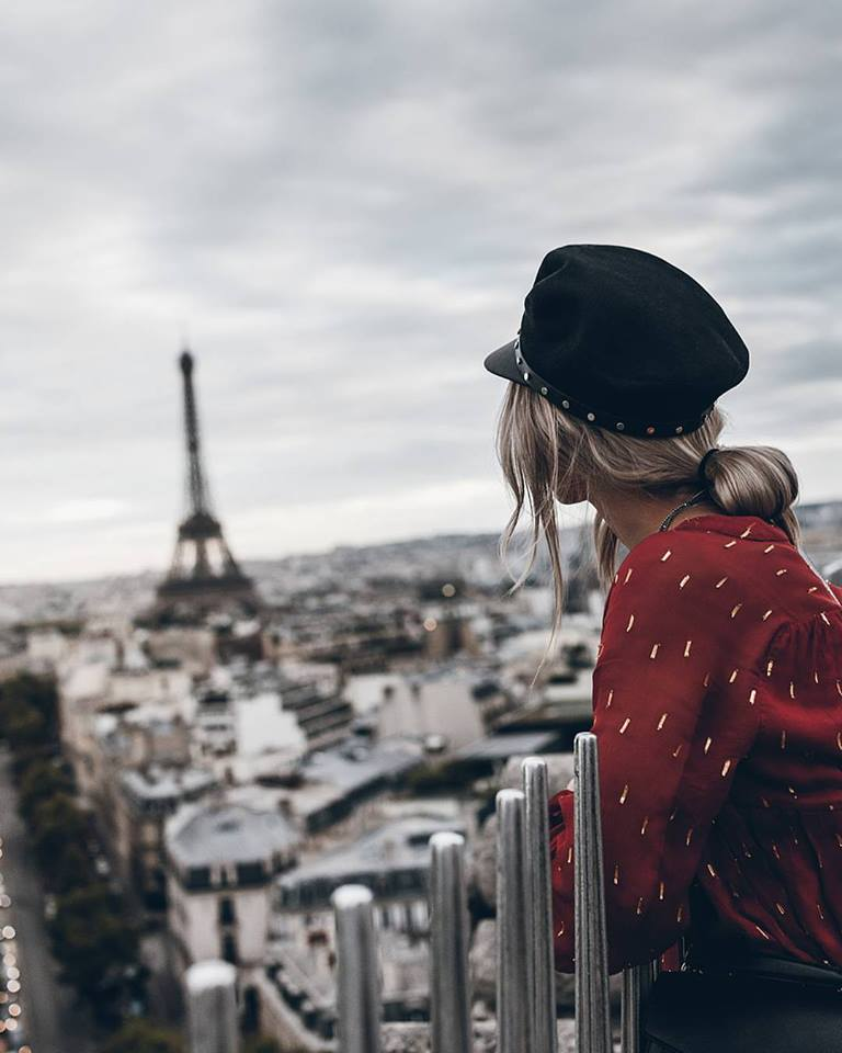 Фото Девушка смотрит на Эйфелевую башню, by Jacqueline Mikuta