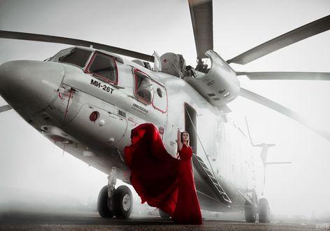 Фото Девушка в длинном красном платье стоит на фоне вертолета, фотограф Светлана Беляева