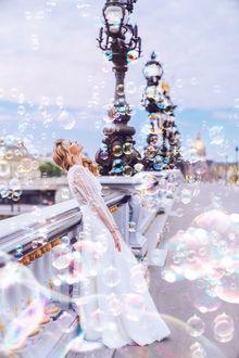 Фото Певица Вера Брежнева в окружении мыльных пузырей на улице города, фотораф Kristina Makeeva / Кристина Макеева