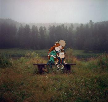 Фото Dipper Pines / Диппер Пайнс и Wendy Corduroy / Венди Кордрой из мультсериала Гравити Фолз / Gravity Falls сидят на скамейке, стоящей в траве на фоне елей, окутанных туманом