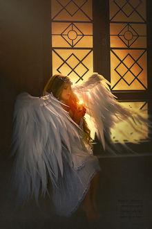 Фото Девочка - ангел со свечой в руках сидит у окна, фотограф Наталья Законова