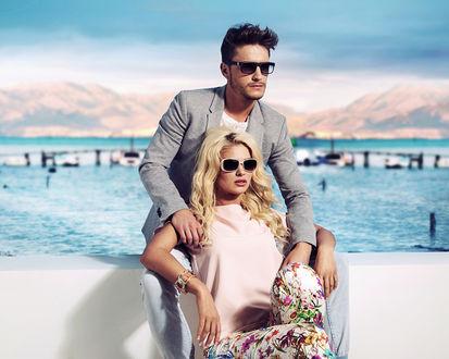 Фото Мужчина с девушкой на берегу горного озера