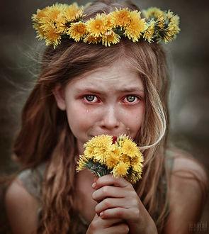 Фото Плачущая девочка с одуванчиками в руках, с венком на голове, фотограф Светлана Беляева