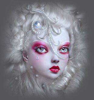 Фото Белокурая девочка - кукла со слезинками на глазах с украшением в волосах, автор Натали Шау