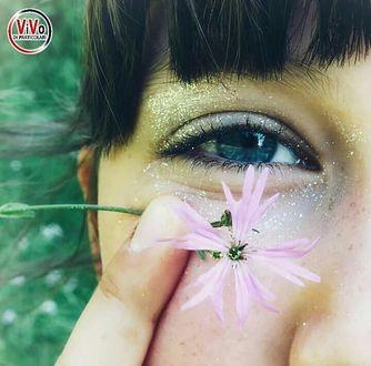Фото Девушка держит цветок у глаза, by kiritte